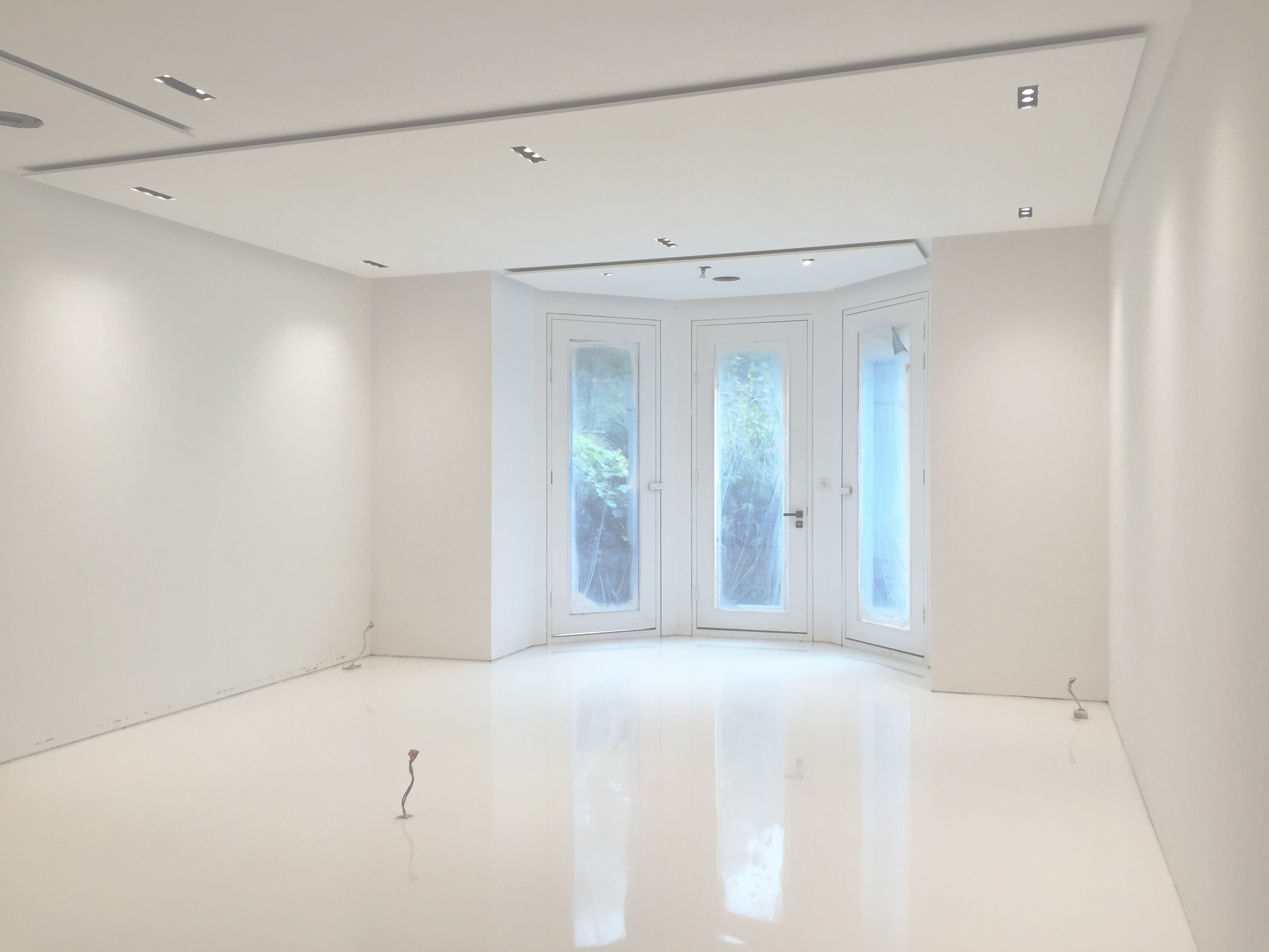 Delightful New White Gloss Resin Floor For Modern Apartment